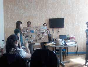 Alunas apresentam temática sobre saúde pública durante a qualificação. Foto: Ludmila